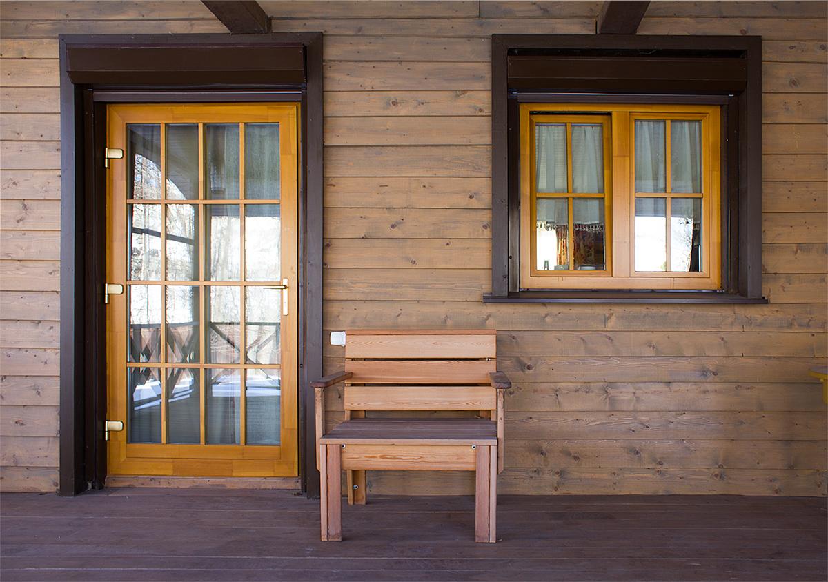 Натуральная древисина «дышит», пропуская воздух через микропоры. Даже при закрытых окнах происходит постепенное проветривание помещения, поэтому воздух остается свежим.  Изделия из хвойных пород, помимо создания благоприятного микроклимата в помещении, обладают еще…