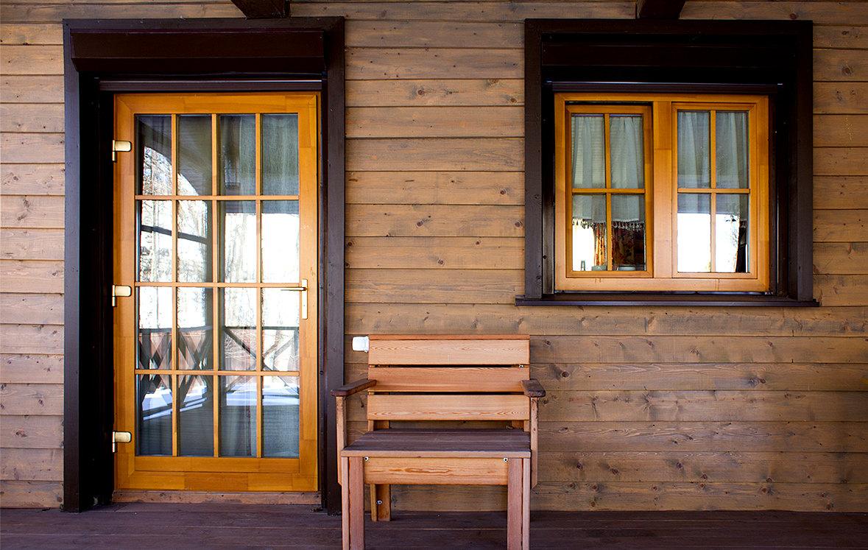 Деревянные евроокна изготовленные из 3-х слойного клееного бруса, с применением ударопрочных, энергосберегающих стеклопакетов, наружной деревянной раскладки.  Наши оконные и дверные конструкция окрашиваются только краской марки Zobell (разработано специально для окон).…